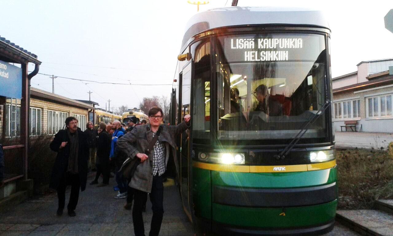 Lisää kaupunkia Helsinkiin -ryhmä vierailemassa Koskelan varikolla uuden Artic-ratikan kyydissä. Kuva Tuomas Saloniemi.